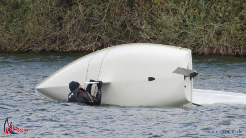 Ist das Boot gekentert und der Segler im Wasser, kann er zeigen, was er beim Kenter-Training gelernt hat.